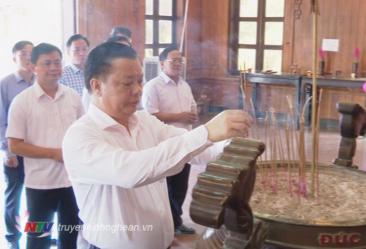 Bộ trưởng Bộ Tài Chính Đinh Tiến Dũng dâng hương lên anh linh Chủ tịch Hồ Chí Minh.