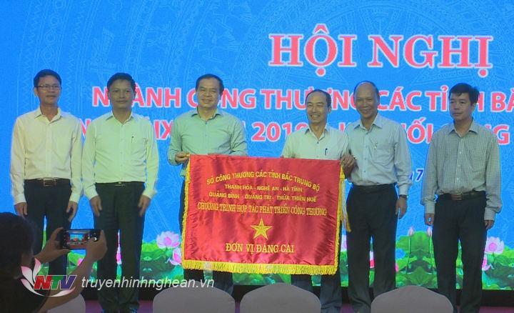Trao quyền đăng cai sự kiện kết nối cung cầu hàng hóa ngành Công Thương 6 tỉnh Bắc Trung Bộ cho tỉnh Thanh Hóa.