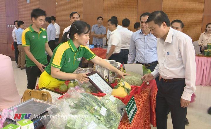 Các doanh nghiệp, đơn vị giới thiệu sản phẩm bên lề hội nghị nhằm kết nối, tìm kiếm thị trường tiêu thụ.