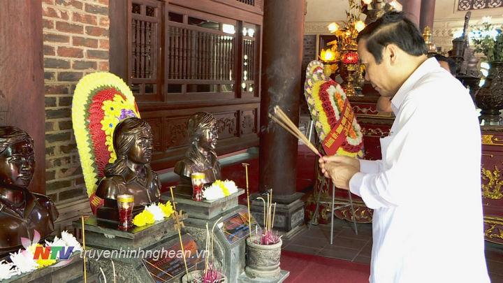 Đồng chí Nguyễn Thanh Bình và đoàn công tác dâng hương tưởng niệm 13