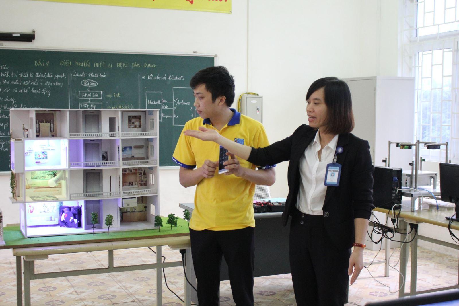 Một lớp học thực hành tại trường cao đẳng nghề.