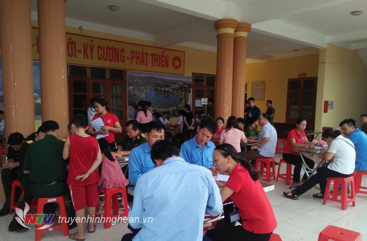 Các tình nguyện viên đăng ký tham gia hiến máu sáng 7/7.