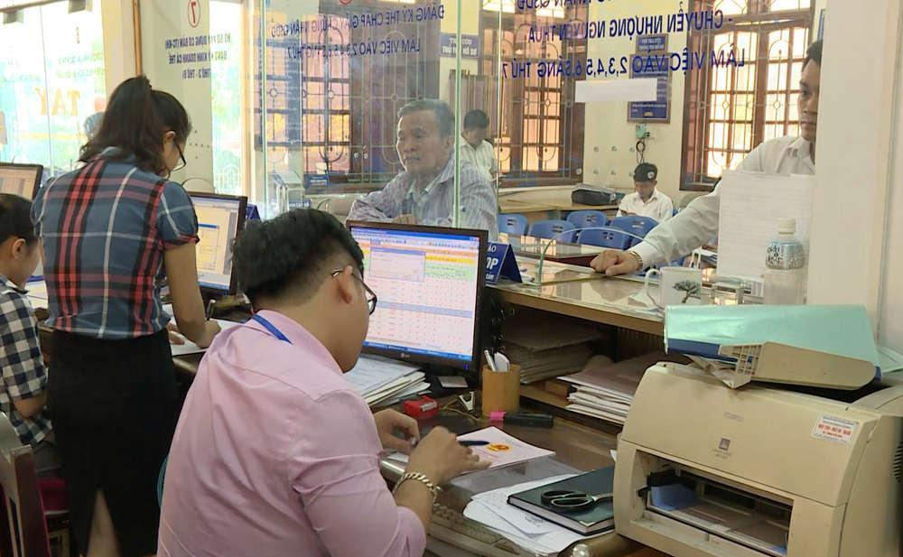 Người dân đến giao dịch tại trung tâm giao dịch một cửa TP Vinh