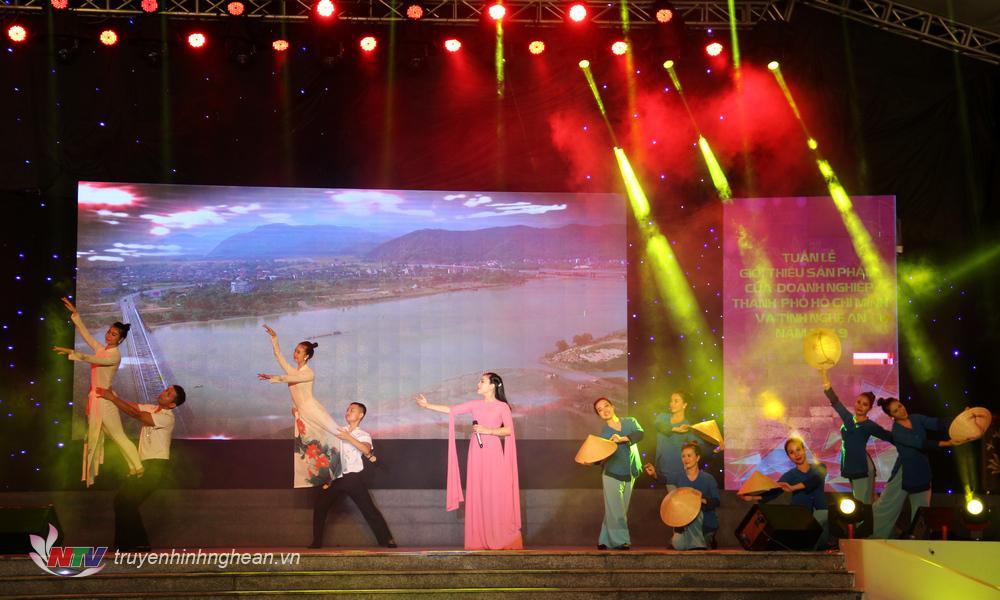 Các tiết mục văn nghệ mở màn lễ khai mạc mang đậm màu sắc vùng miền của Nghệ An và TP Hồ Chí Minh.