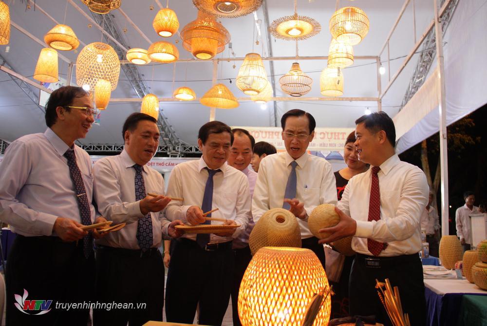 Các đại biểu tìm hiểu sản phẩm mỹ nghệ từ mây tre đan của tỉnh Nghệ An.