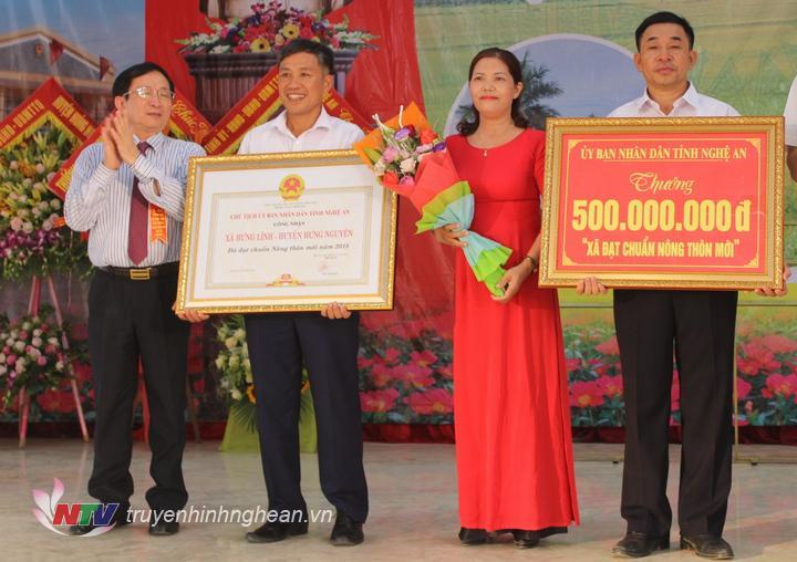 Phó Chủ tịch UBND tỉnh Đinh Viết Hồng trao Bằng khen cho xã Hưng Lĩnh.