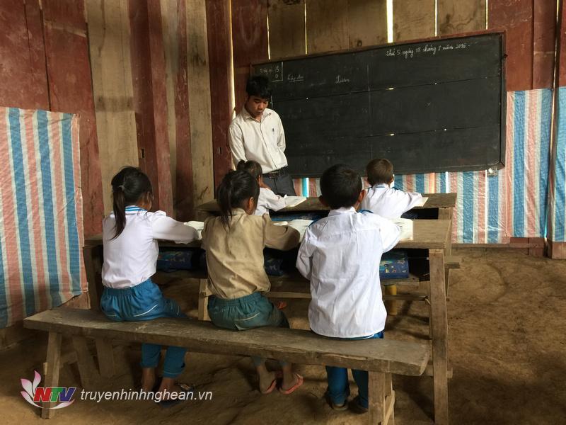 Hàng ngàn học sinh từ các bản làng xa xôi đang phải trọ học trong những lều lán tạm bợ...