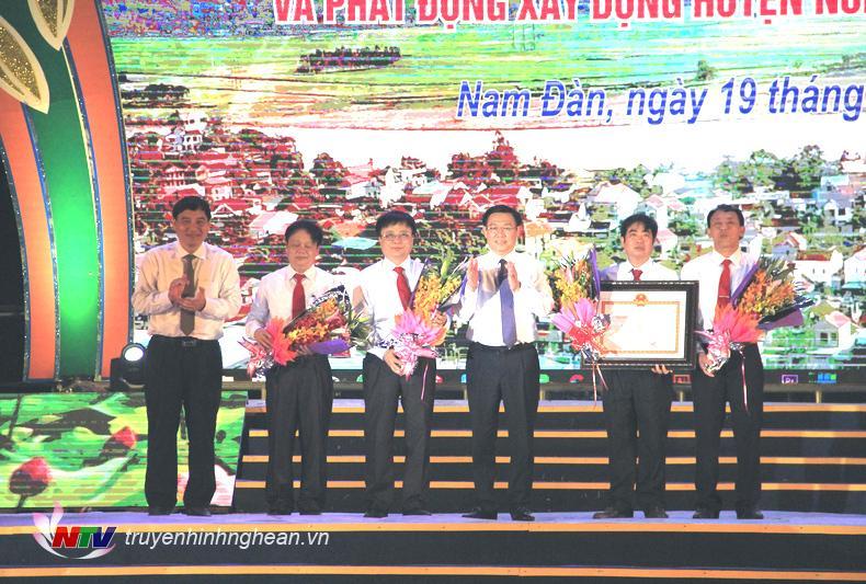Phó Thủ tướng Vương Đình Huệ và Bí thư Tỉnh ủy Nguyễn Đắc Vinh trao Bằng công nhận Huyện nông thôn mới và tặng hoa chúc mừng Đảng bộ và nhân dân huyện Nam Đàn.
