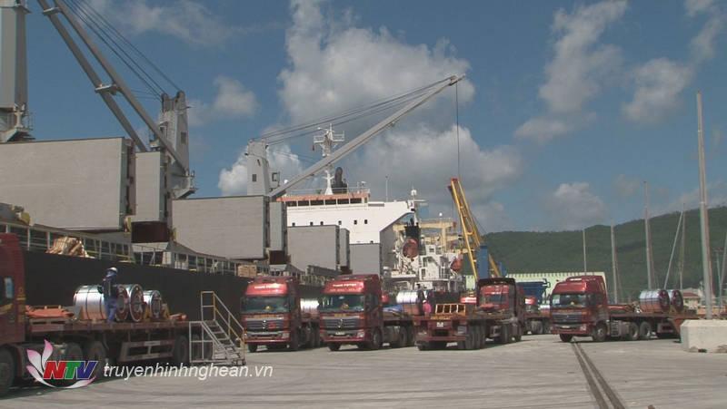 Nhà máy Tôn Hoa Sen Nghệ An có công suất khoảng 60 ngàn tấn tôn thành phẩm mỗi tháng, trong đó 1/3 sản lượng dành cho xuất khẩu sang thị trường Mỹ.