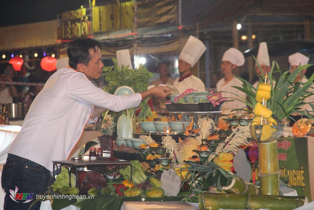 Các nghệ nhân, Master Chef, bếp trưởng hoàn thiện phần trình bày.