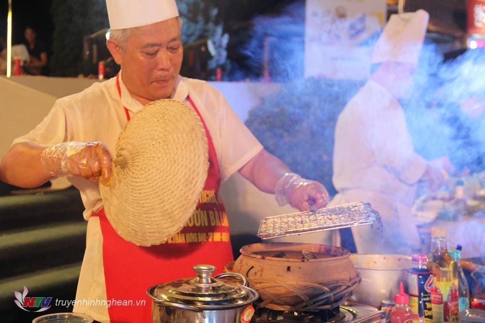 Nghệ nhân Hoàng Văn Tiến với thương hiệu Cháo lươn Bà Lan Nghệ An.