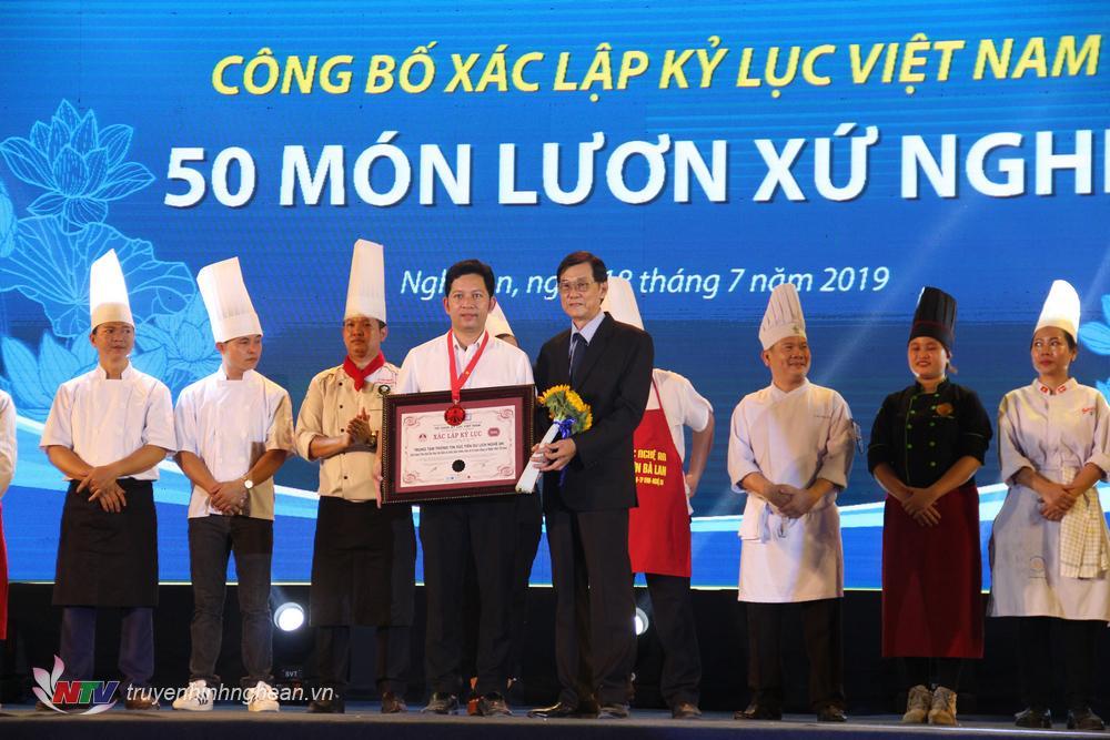 Đại diện Sở Du lịch Nghệ An đón nhận Bằng xác lập kỷ lục Việt Nam.