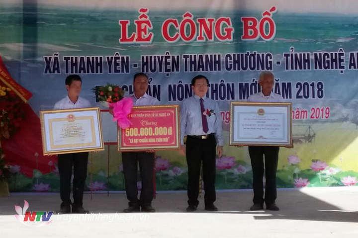 Phó Chủ tịch UBND tỉnh Đinh Viết Hồng trao bằng công nhận xã đạt chuẩn NTM cho xã Thanh Yên.
