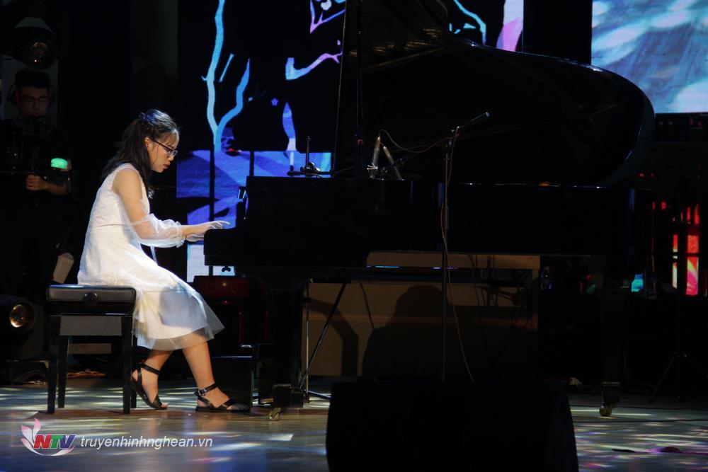 Thí sinh: Nguyễn Lưu Hà Linh. Sinh năm 2006   SBD: 049. TP Hà Tĩnh Tác phẩm: Sonata No 10in C major,K330