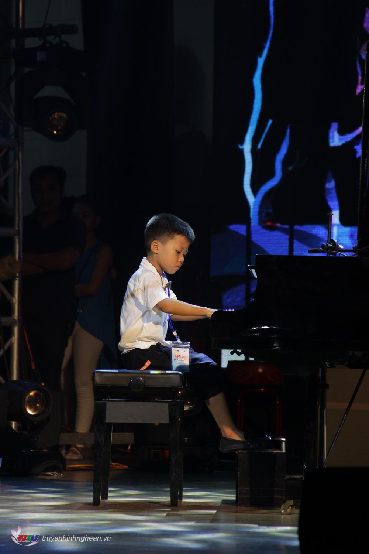 Thí sinh Nguyễn Quốc Việt, SBD: 021, Cửa Lò – Nghệ An với tác phẩm: Sonatina in F. (Ludwing Van Beethoven). Đây cũng là thí sinh nhỏ tuổi nhất của cuộc thi (sinh năm 2013).
