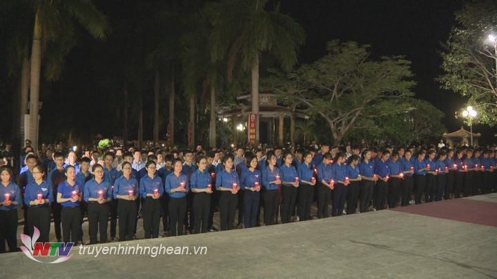 Hàng nghìn ngọn nến được thắp sáng để tri ân các anh hùng liệt sỹ.