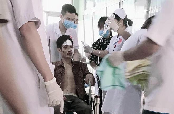 Một nạn nhân được đưa đến bệnh viện cấp cứu.