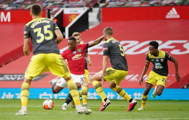 Chỉ 2 phút, 31 giây sau bàn thắng gỡ hòa của Rashford, Man Utd đã nâng tỷ số lên 2-1 sau khoảnh khắc tỏa sáng của Martial. Ảnh: Reuters.