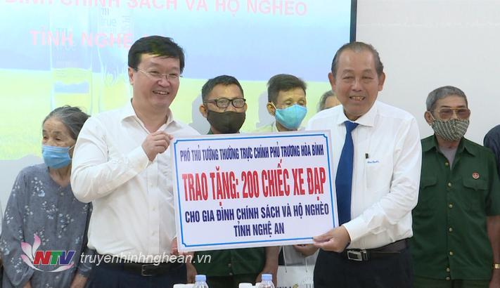 Phó Thủ tướng Thường trực Chính phủ Trương Hòa Bình trao tặng xe đạp và các phần quà cho gia đình chính sách và hộ nghèo tỉnh Nghệ An.