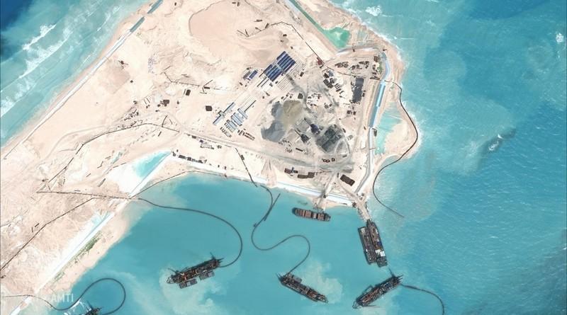 Hình ảnh vệ tinh cho thấy Trung Quốc cải tạo phi pháp một bãi đá thành đảo nhân tạo ở Biển Đông. Ảnh: AFP