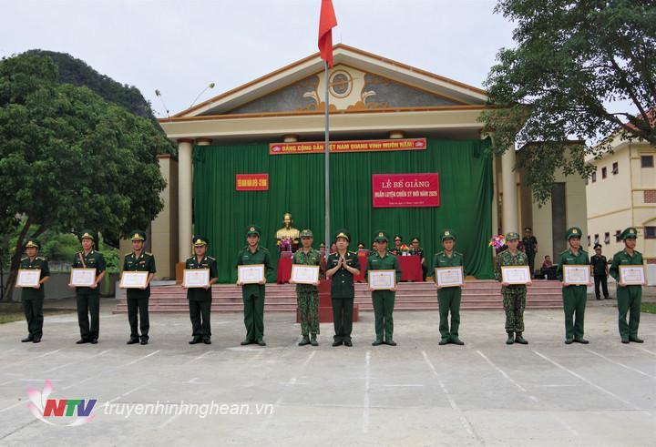 Bộ chỉ huy BĐBP Nghệ An trao tặng 11 Giấy khen cho các cán bộ, chiến sĩ có thành tích xuất sắc trong khóa huấn luyện.