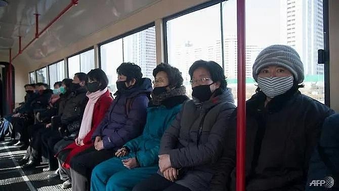 Người dân đeo khẩu trang trên tàu điện ở Bình Nhưỡng. Ảnh: AFP