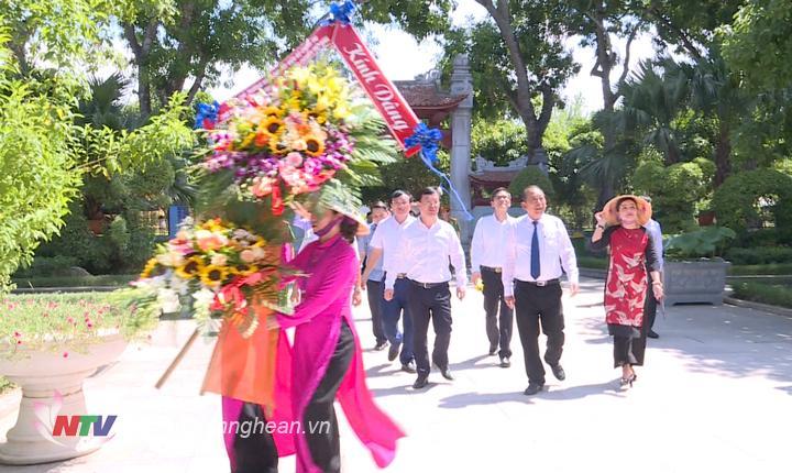 Phó Thủ tướng Thường trực Chính phủ Trương Hòa Bình cùng đoàn công tác về dâng hoa, dâng hương tại Khu di tích Kim Liên.