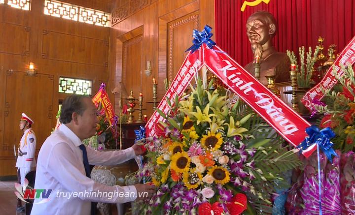 Phó Thủ tướng Thường trực Chính phủ Trương Hòa Bình dâng hoa lên anh linh Chủ tịch Hồ Chí Minh.