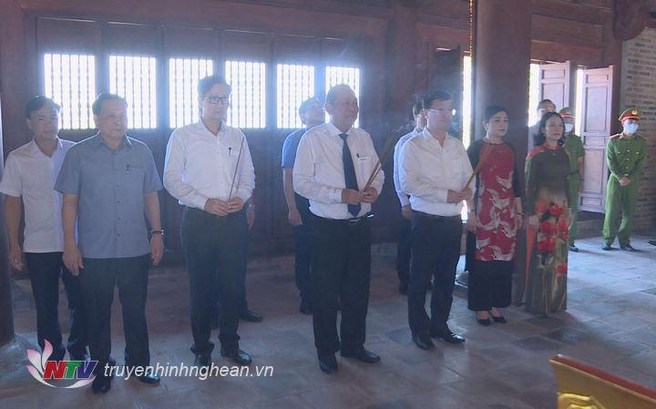 Đoàn công tác dâng hương tại Đền Chung Sơn - Đền thờ gia tiên Chủ tịch Hồ Chí Minh.