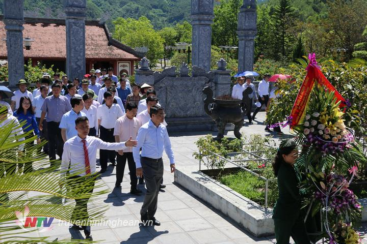 Đoàn về dâng hoa, dâng hương các anh hùng liệt sỹ tại Khu di tích lịch sử Quốc gia Truông Bồn (Đô Lương).