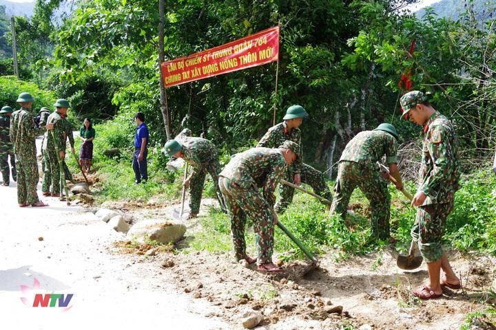 Cán bộ, chiến sỹ cùng đông bà con nhân dân bản biêng lâng san lấp cung cố đường giao thôing nội thôn