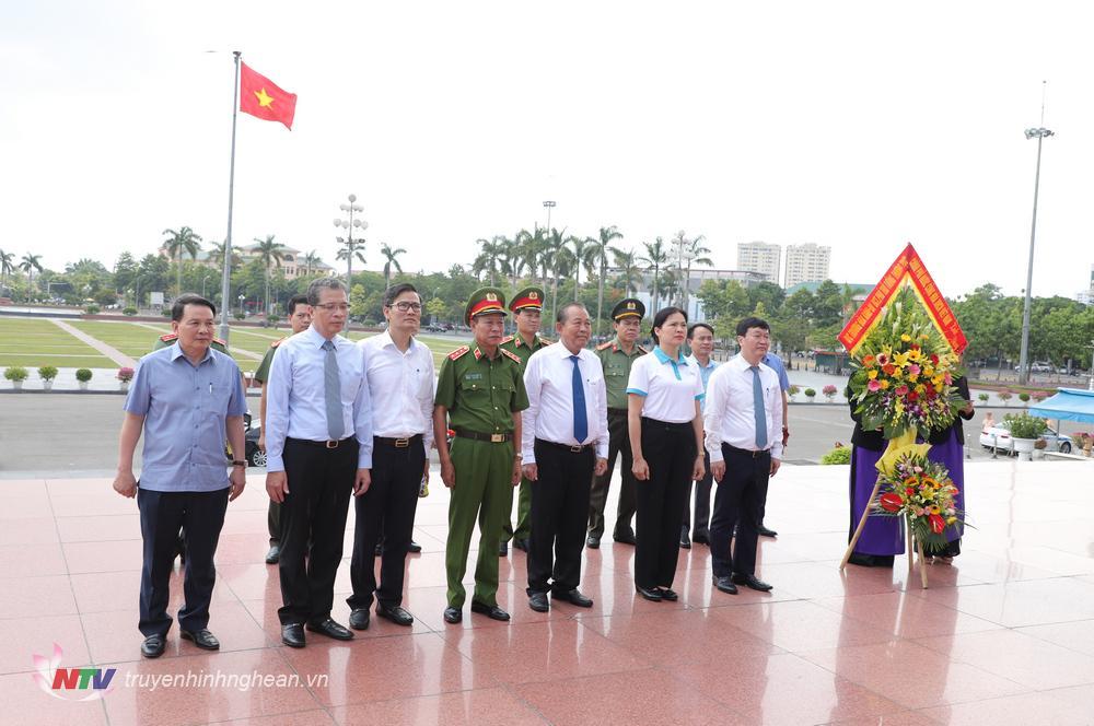 Các đại biểu dâng hoa Chủ tịch Hồ Chí Minh tại Quảng trường Hồ Chí Minh tại lễ diễu hành.