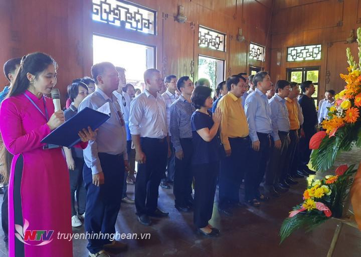 Đoàn dâng hoa, dâng hương tưởng niệm Chủ tịch Hồ Chí Minh.