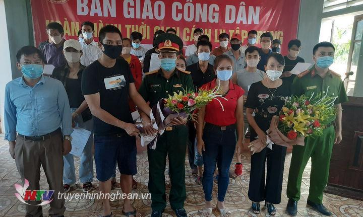 Các công dân hoàn thành cách ly tập trung tặng hoa cảm ơn cán bộ, chiến sĩ