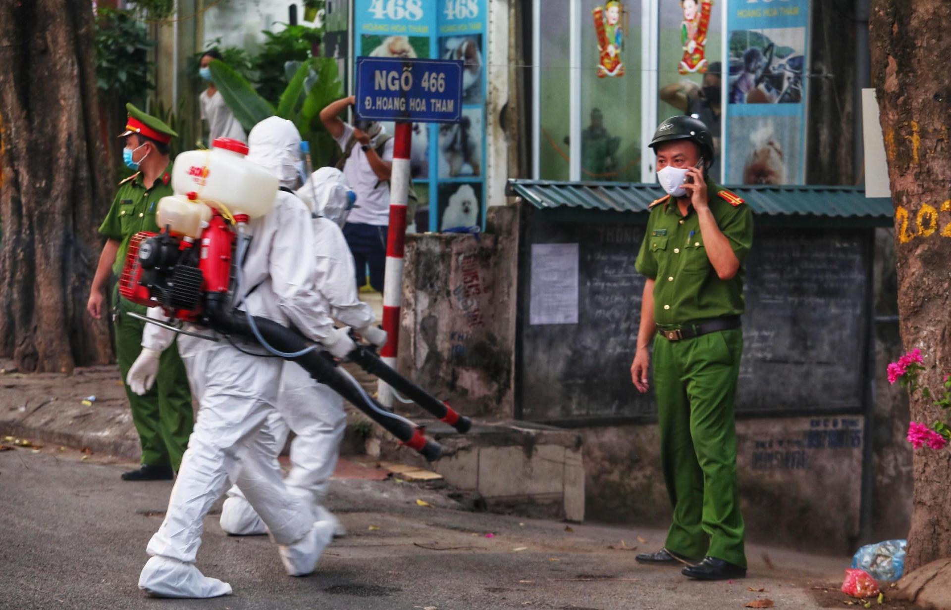 Lực lượng y tế dự phòng phu khử trùng ngõ 466 Hoàng Hoa Thám