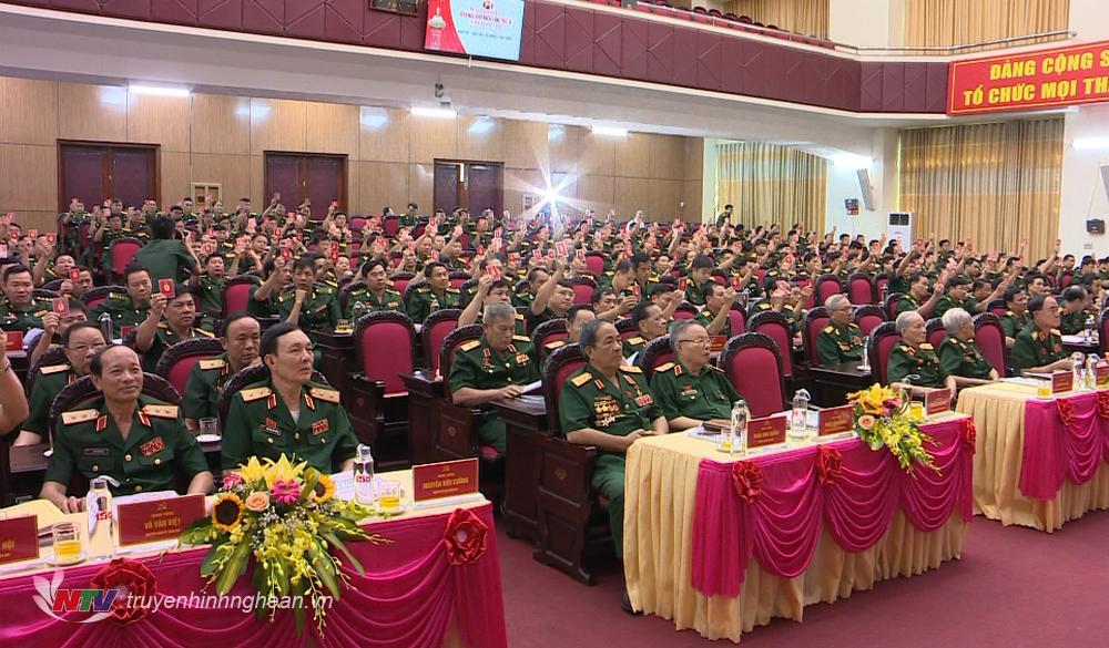 Các đại biểu thông qua Nghị quyết tại Đại hội.