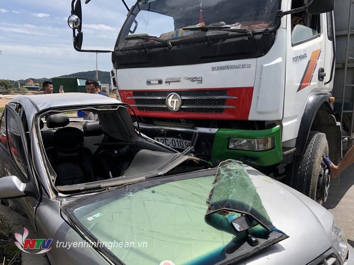 : Cú đâm mạnh của xe tải BKS 12C 01096 vào xe ô tô con BKS 37N0379 làm cho xe ô tô con hư hại nặng. Rất may không có thiệt hại về người.