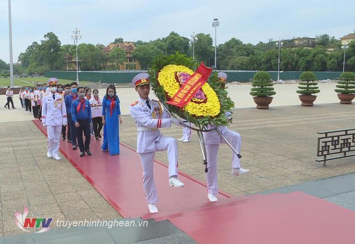 Đoàn đại biểu Cháu ngoan Bác Hồ tỉnh Nghệ An vào lăng viếng Chủ tịch Hồ Chí MInh.