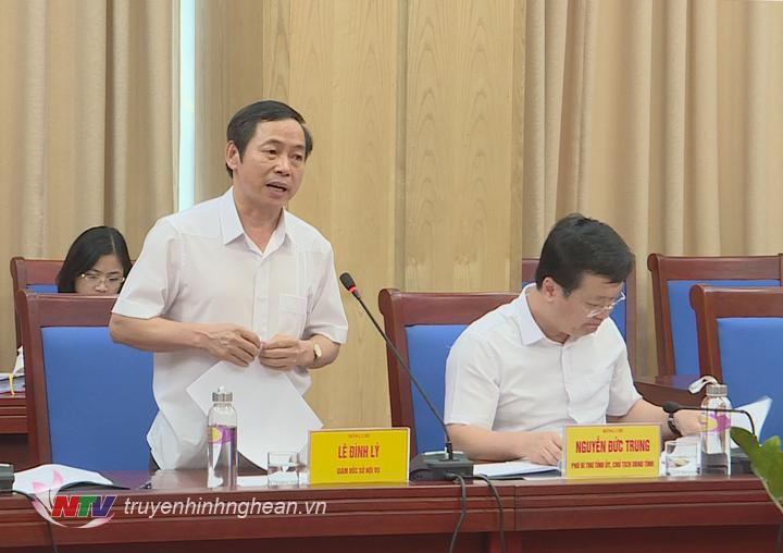 Giám đốc Sở Nội vụ Lê Đình Lý báo cáo tại buổi làm việc.