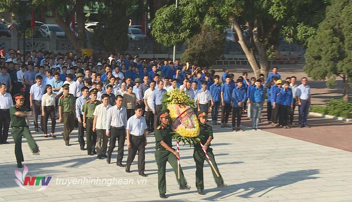 Phó Bí thư Tỉnh ủy Nguyễn Văn Thông cùng đoàn công tác dâng hoa, dâng hương
