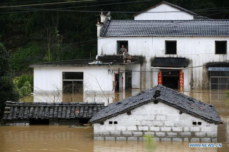 Hình ảnh chụp từ trên cao ngày 6/7/2020 cho thấy một ngôi làng ở thị trấn Tam Khẩu, thành phố Hoàng Sơn, phía đông tỉnh An Huy ngập trong nước lũ. Ảnh: Tân Hoa xã