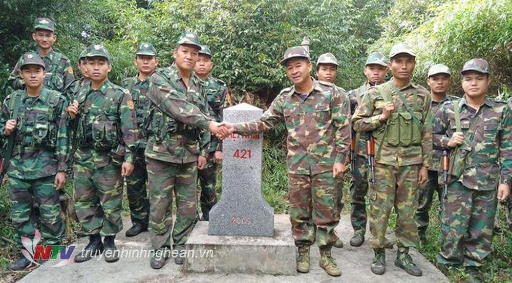 Đội hình tuần tra song phương bên cột mốc số 421 biên giới Việt Nam – Lào.