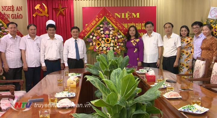 Bí thư Tỉnh ủy Thái Thanh Quý tặng hoa chúc mừng Ban Tuyên giáo Tỉnh ủy nhân ngày tru