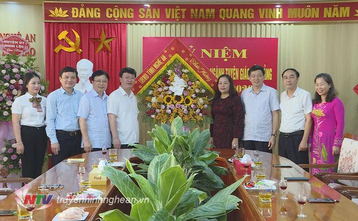 Chủ tịch UBND tỉnh Nguyễn Đức Trung tặng hoa chúc mừng Ban Tuyên giáo nhân ngày truyền thống.