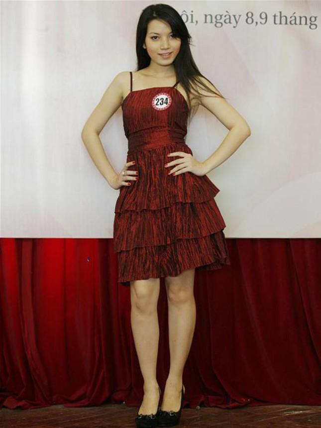 Được biết đến là người vợ thầm lặng đứng sau hậu trường của MC Anh Tuấn sau 8 năm kết hôn nhưng Lý Hồng Nhung đã có một thời tuổi trẻ rực rỡ khi từng ghi danh tại cuộc thi Hoa hậu Việt Nam 2008.