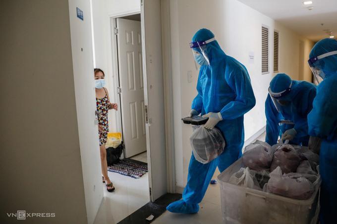 Nhân viên y tế điều trị F0 tại bệnh viện dã chiến ở TP HCM.