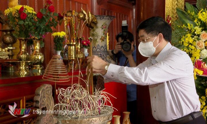 Đoàn đã đến dâng hoa, dâng hương tại Đền thờ Bác Hồ trong khuôn viên Nghĩa trang liệt sĩ quốc tế Việt - Lào.