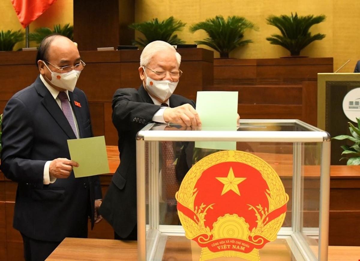 Tổng Bí thư Nguyễn Phú Trọng và Chủ tịch nước Nguyễn Xuân Phúc bỏ phiếu tại Kỳ họp thứ nhất, Quốc hội khoá XV
