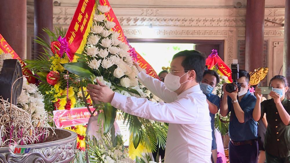 Chủ tịch UBND tỉnh Nguyễn Đức Trung dâng lẵng hoa tươi lên anh linh các anh hùng liệt sỹ.