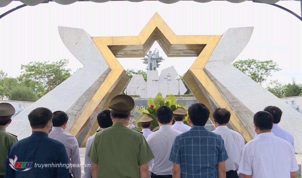 Lãnh đạo tỉnh Nghệ An cùng đoàn công tác dâng hoa, dâng hương tại Nghĩa trang liệt sỹ Đường 9 (Quảng Trị).
